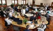 Compartir el espacio de trabajo no siempre es negativo, ahorrar gastos es una de las ventajas. Foto:deskmag.com