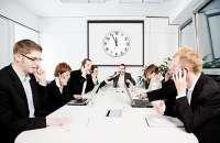 Los espacios laborales que se dividen con pequeñas separaciones o sólo cuentan con escritorios no permiten tener privacidad y dejan al descubierto todas las conversaciones. Foto:blogspot.com