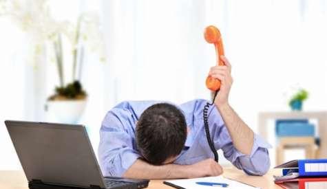 Llegar constantemente tarde a su oficina, cometer más errores y despreocuparse de sus tareas, puede ser un indicador de desgaste profesional o Burnout. Foto:.sanar.org
