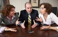 Evita la tendencia de ponerte del lado de un empleado en contra de otro. Foto:senderosparatrascender.com