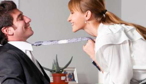 El coqueteo es una forma probada y comprobada de salir adelante en el trabajo. Foto:mujer.orange.es