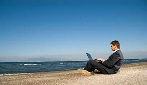 La investigación, realizada en Gran Bretaña, calcula que cada empleado pierde 32 horas organizando, planeando o solo imaginando su próximo descanso. Foto:actualicese.com