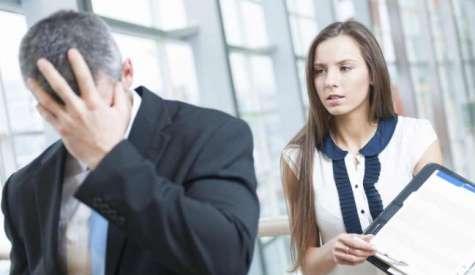 La mayor parte de las personas reaccionan emocionalmente frente a sus equivocaciones laborales; ante un error, los expertos recomiendan aceptarlo y buscar sus causas. Foto:vivirsalud.imujer.com