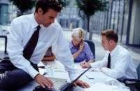 Compartir la oficina con el hijo o la hija de su jefe puede ser una de las situaciones más incómodas y complicadas de manejar, si estos son arrogantes. Foto:bancaynegocios.com